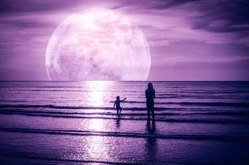 Super maan Kleurrijke hemel met wolk en heldere volle maan over zeegezicht royalty-vrije stock foto
