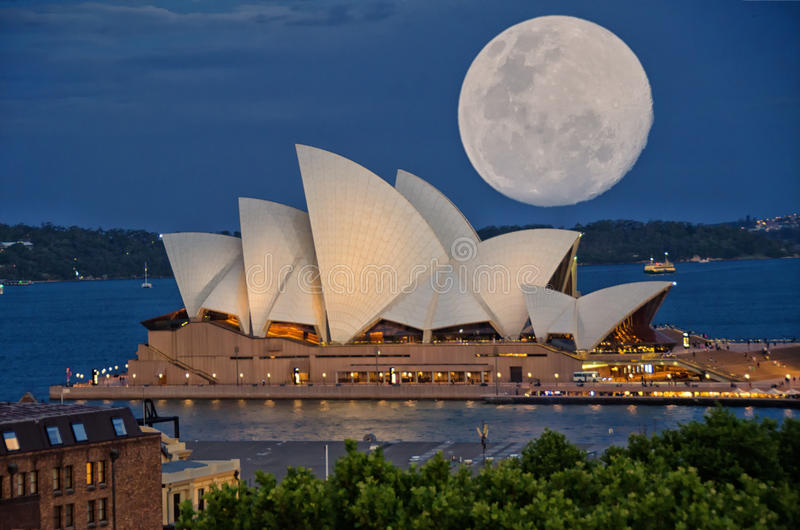 Super Maan over Sydney Opera House stock fotografie