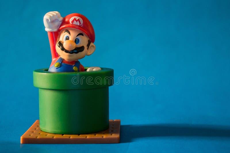 Super Mario met pijpstuk speelgoed cijfer Er is plastic die stuk speelgoed als deel van de Gelukkige maaltijd van Mcdonald wordt  stock foto's