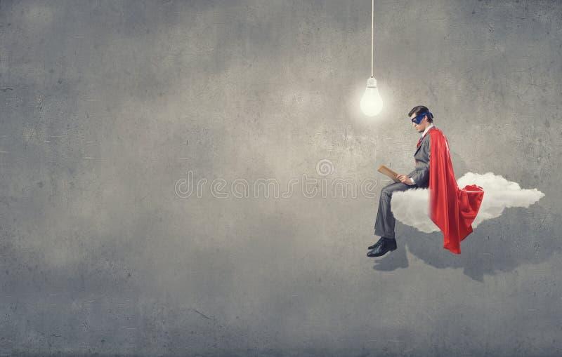 Super mens met boek royalty-vrije stock afbeeldingen
