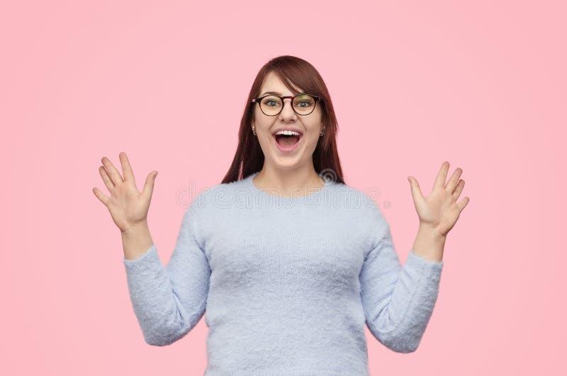 Super opgewekt mollig meisje op roze achtergrond stock fotografie
