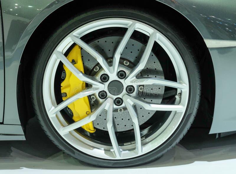 Super samochodowy dyska hamulec Samochodowy koło obraz stock