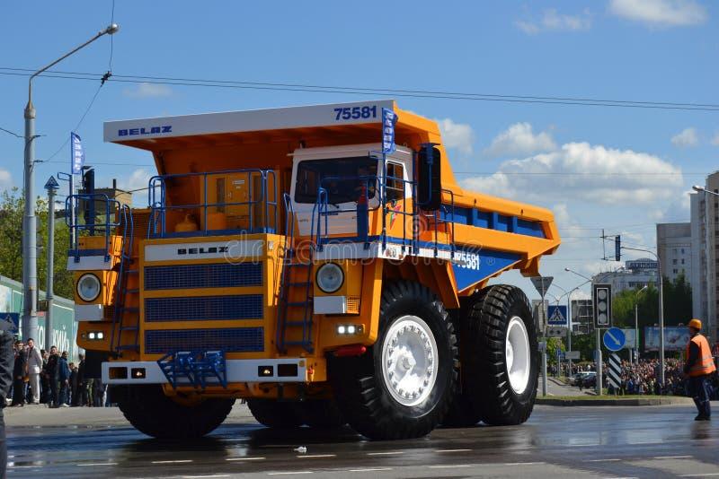 Super-stortplaatsvrachtwagen BelAZ op de straten van Minsk, royalty-vrije stock foto