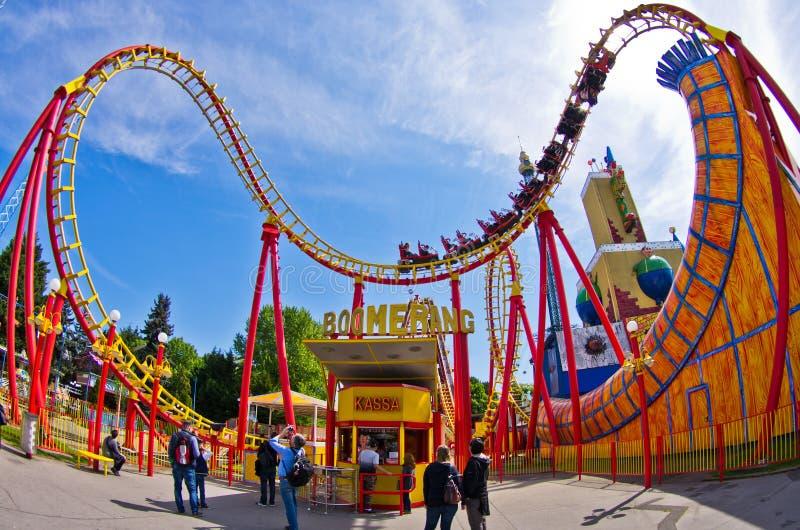 Super szeroki widok kolorowa kolejka górska w plociucha parku rozrywki przy Wiedeń obrazy royalty free