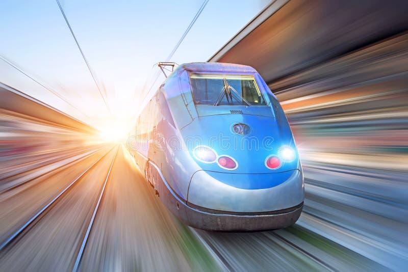 Super usprawnione pociąg przejażdżki w mieście obrazy stock