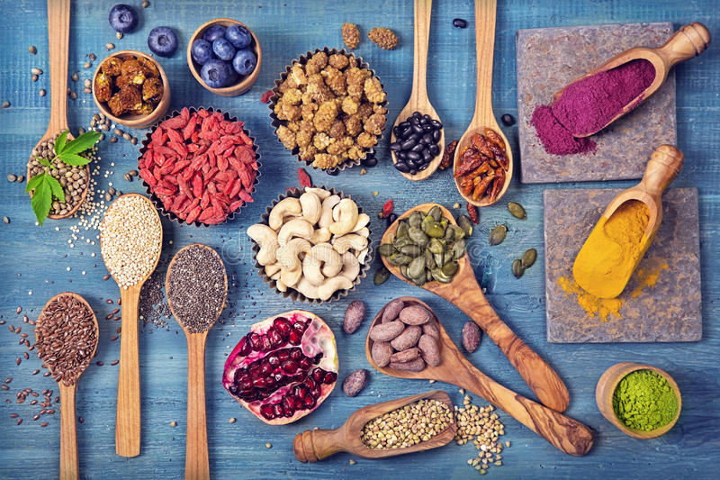 Super voedsel in lepels en kommen stock foto's