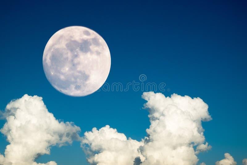 Super volle maan met de duidelijke blauwe dag van de hemelwolk voor achtergrondachtergrondgebruik stock foto's