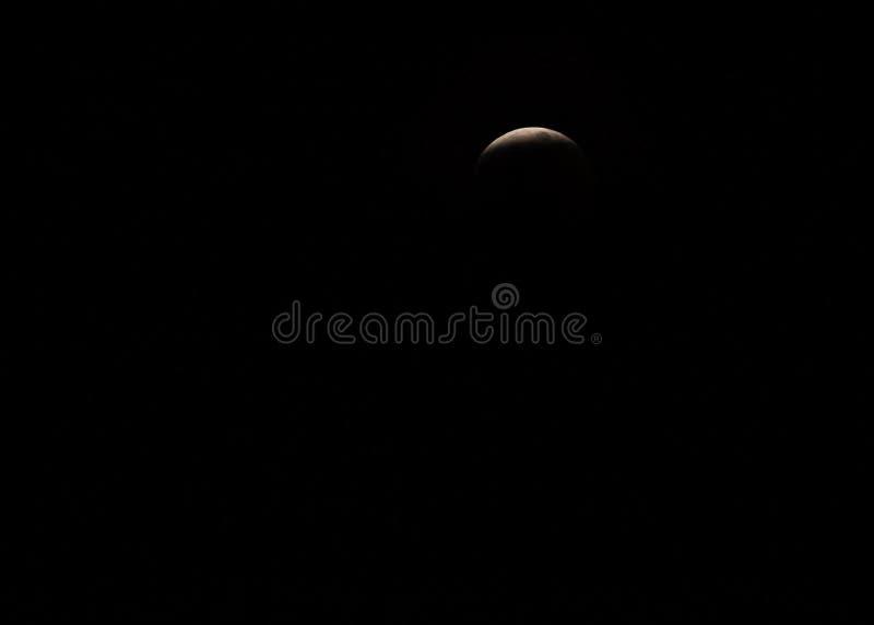 Super wilcza krwionośna księżyc - zaćmienie księżyca jako słońce zamyka wewnątrz na pełnym sprawozdaniu zdjęcia stock
