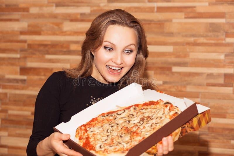 Super z podnieceniem kobieta z pizzą zdjęcia stock