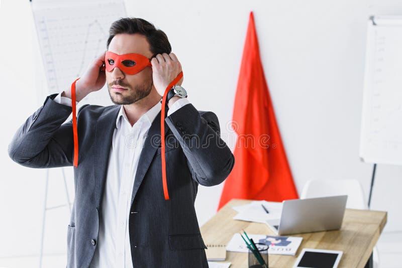 super zakenman die rood masker binden stock afbeeldingen