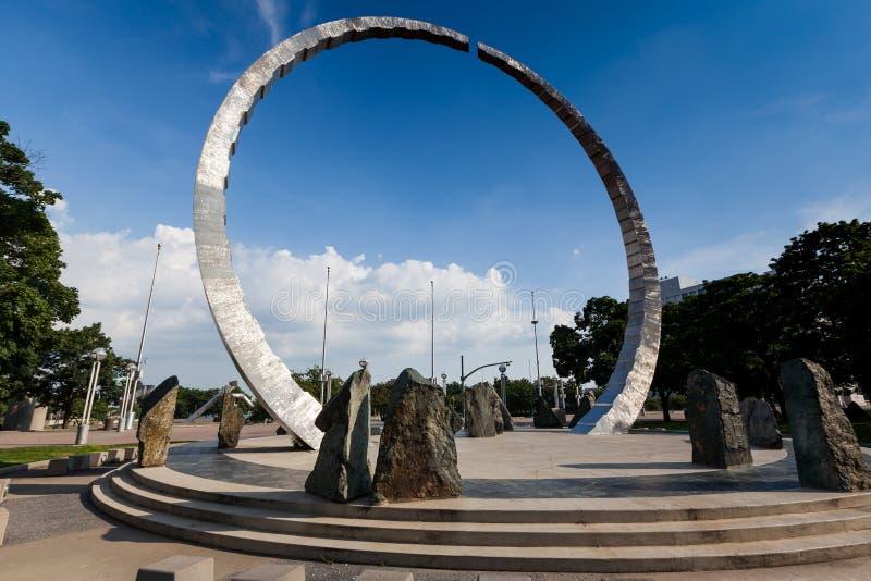 Superando, una escultura en Hart Plaza detroit foto de archivo libre de regalías