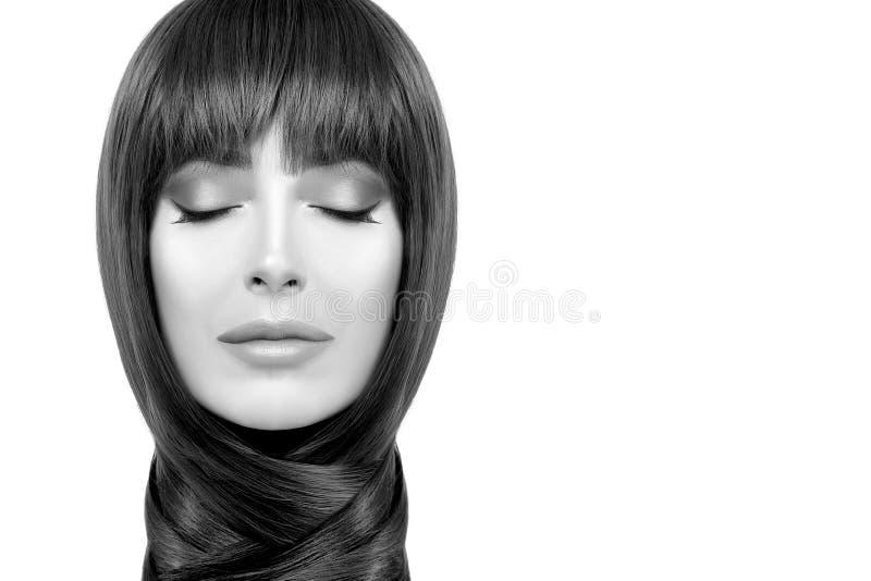 Superbe femelle monochrome avec une coiffure lisse enroulée autour du cou image stock