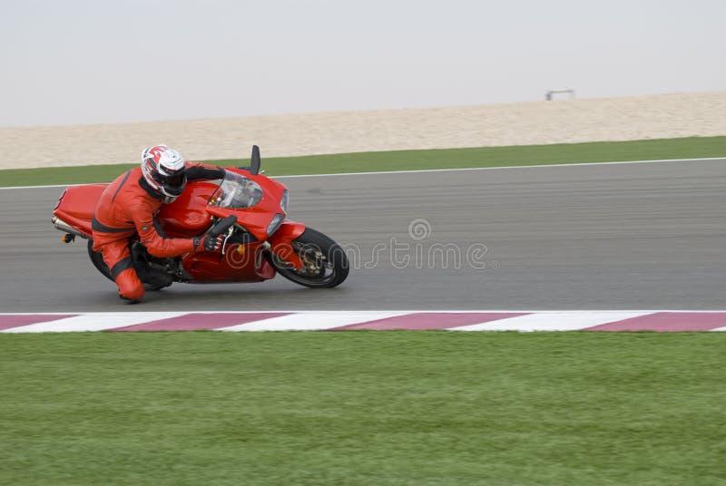 Superbike, das auf Spur läuft lizenzfreie stockfotografie