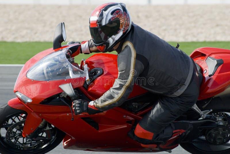 Superbike emballant sur la piste photo stock