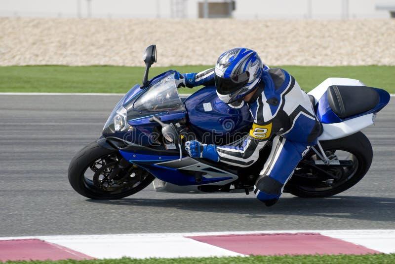 Superbike emballant sur la piste images libres de droits