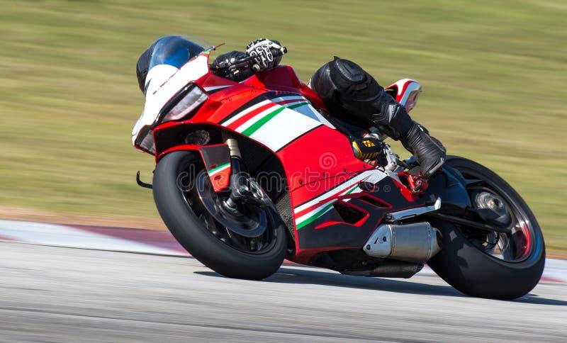 Superbike que compite con la bici del motor en una esquina fotos de archivo libres de regalías