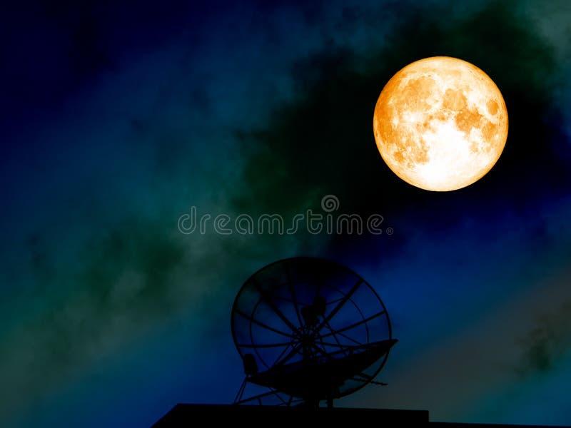 Superblutmond-Schattenbildsatellitenschüssel auf buntem nächtlichem Himmel lizenzfreie stockbilder
