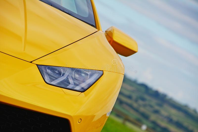 Supercar de Lamborghini Huracan sur la voie de course photo stock