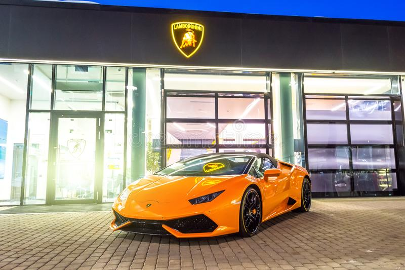 Supercar Lamborghini Aventador橙色颜色停放了在售车行 荷兰男人飞行堡垒保罗・彼得・彼得斯堡餐馆俄国圣徒 2018年3月03日 库存照片