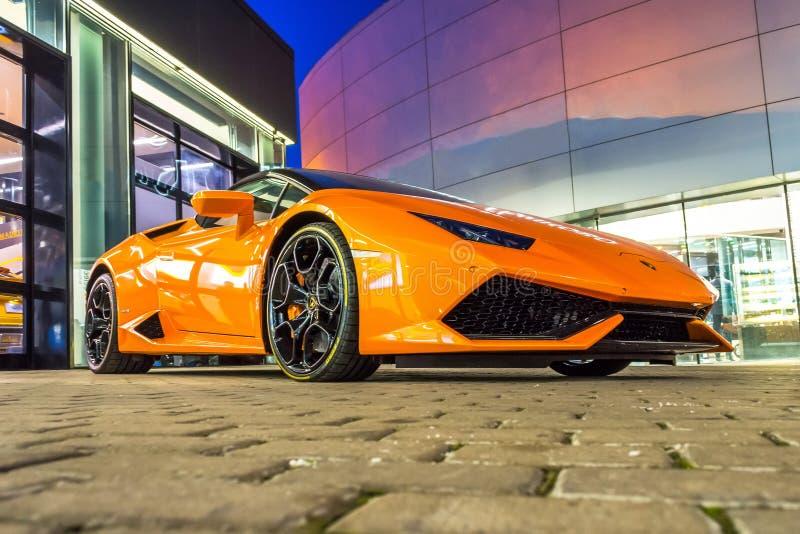 Supercar Lamborghini Huracan橙色颜色停放了在售车行 荷兰男人飞行堡垒保罗・彼得・彼得斯堡餐馆俄国圣徒 2018年3月02日 免版税库存图片