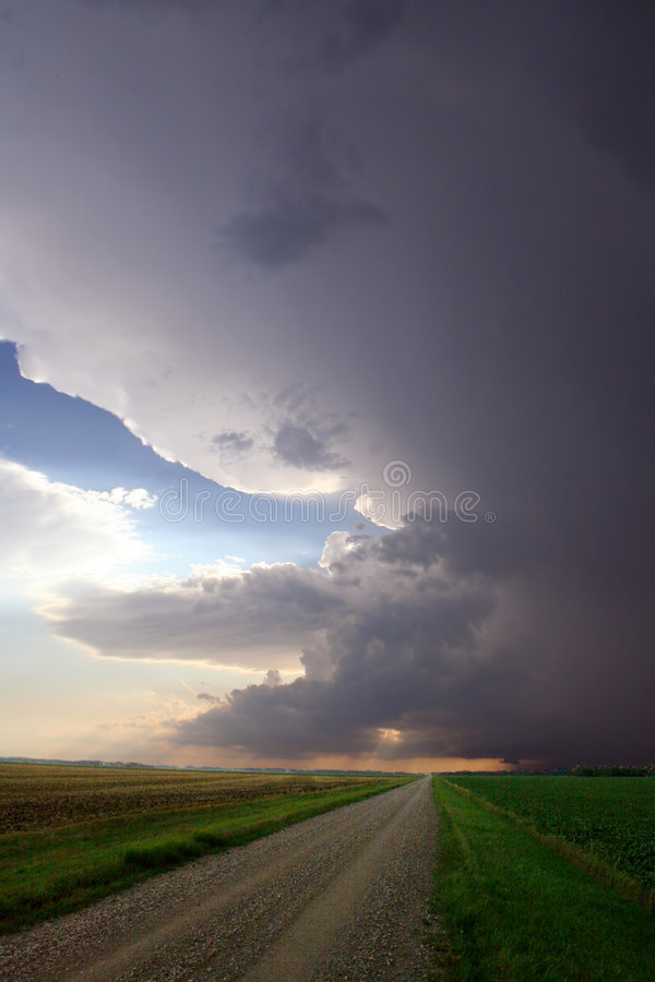 Supercell sur la route de gravier photos libres de droits