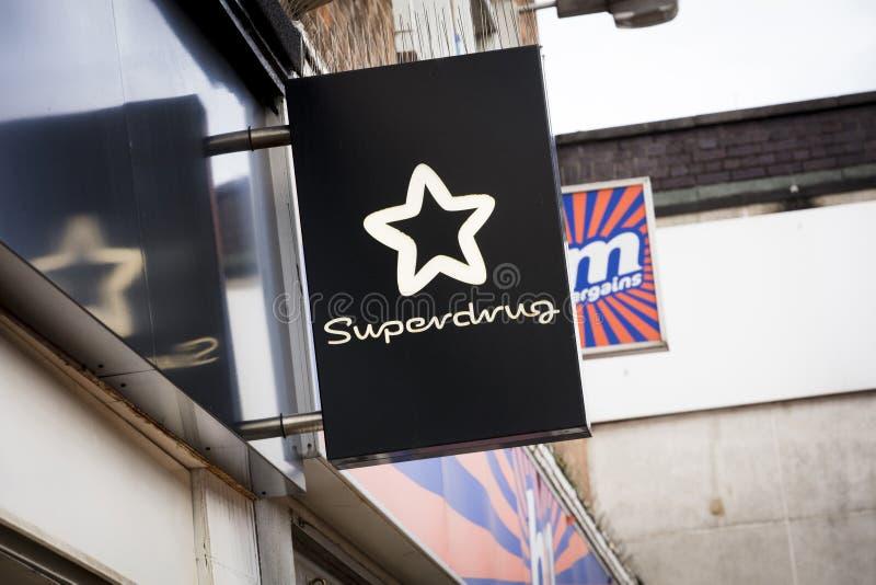 Superdrug-Zeichen auf der Hautpstra?e - Scunthorpe, Lincolnshire, Vereinigtes K?nigreich - 23. Januar 2018 lizenzfreies stockfoto