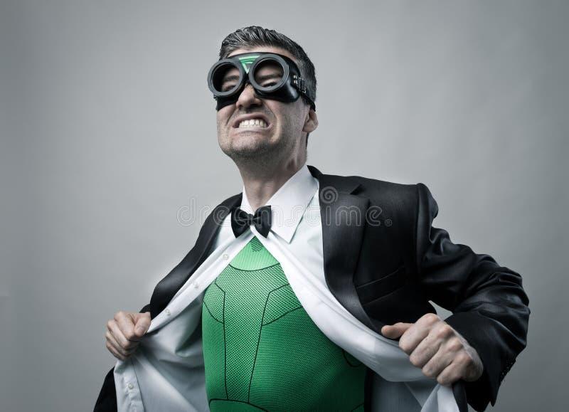 Supereroe che decolla camicia e rivestimento fotografie stock libere da diritti