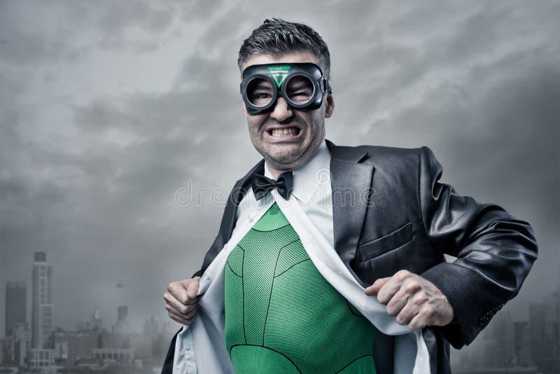 Supereroe che decolla camicia e rivestimento immagini stock