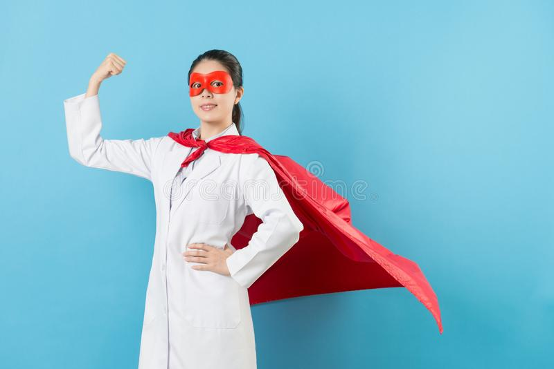 Supereroe femminile attraente di medico del cancro di bellezza immagini stock libere da diritti