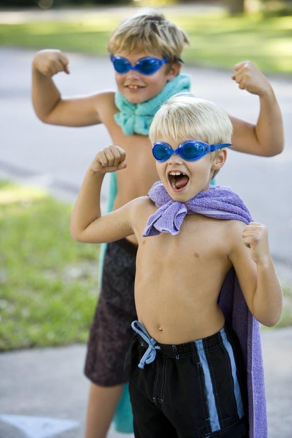 Supereroi del ragazzo con la mascherina ed il capo immagini stock libere da diritti