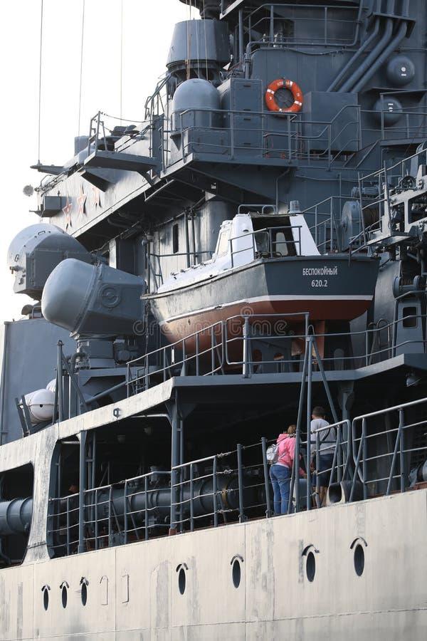 Superestructura y equipo en el babor del destructor ruso Visión a lo largo del lado sombreado imagen de archivo