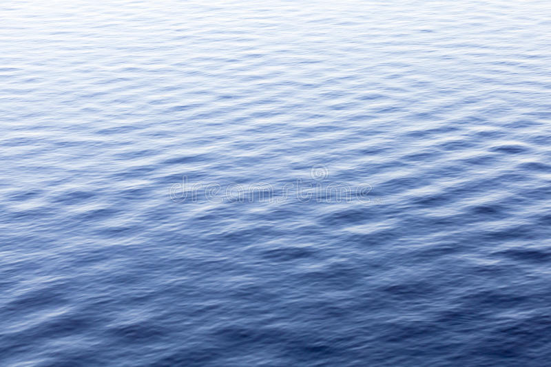 Superfície azul da água do mar com ondinha, fundo fotografia de stock