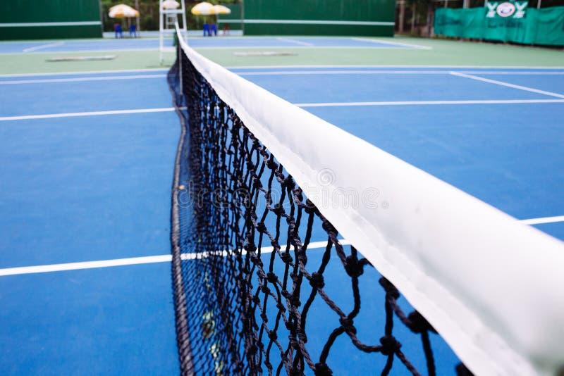 Superfície azul e verde do campo de tênis, bola de tênis no campo foto de stock royalty free