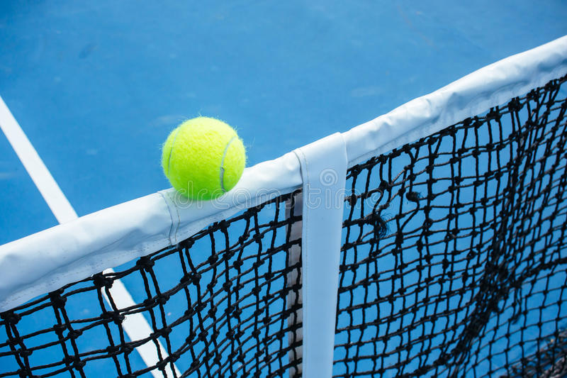 Superfície azul e verde do campo de tênis, bola de tênis no campo foto de stock