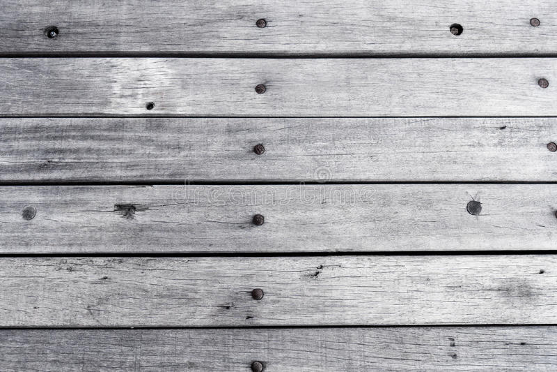 A superfície branca pintada de madeira vazia da tabela, ilumina o fundo de madeira colorido da textura, pranchas do vintage com t fotografia de stock royalty free