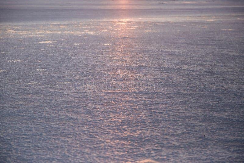 Superfície calma da água do mar com ondinhas pequenas no fundo do por do sol imagem de stock royalty free