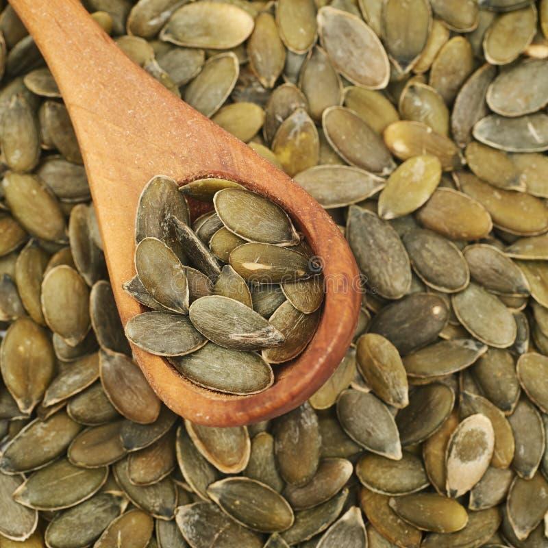 Superfície coberta com as sementes de abóbora fotografia de stock royalty free