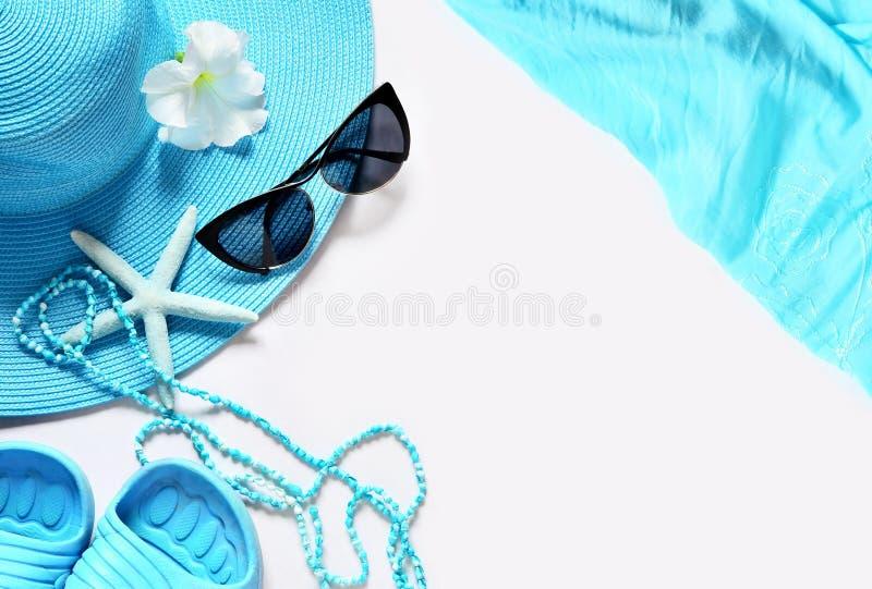 Superfície com artigos da praia, vista superior do branco foto de stock
