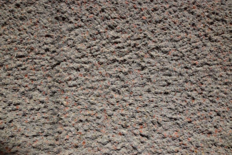 Superfície concreta desigual com partes de tijolo vermelho imagens de stock