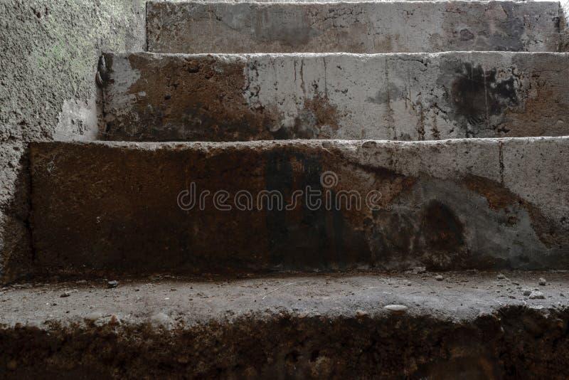 Superfície concreta do fundo das escadas do porão muito velho imagens de stock royalty free