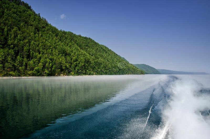 Superfície da água do fundo atrás do barco de motor movente rápido no Lago Baikal, Rússia fotografia de stock royalty free