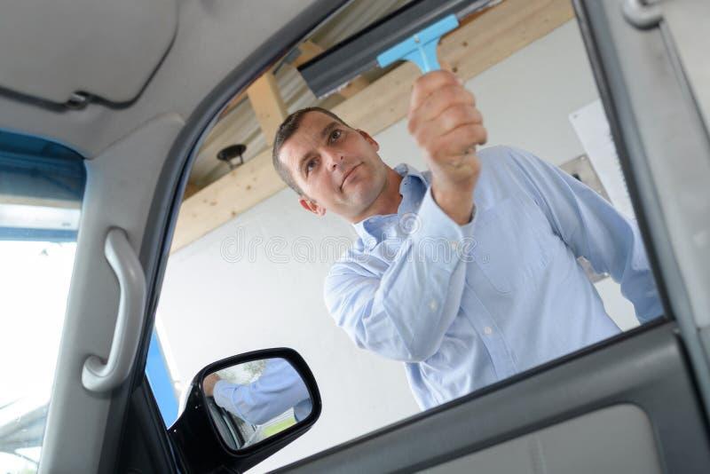 Superfície da janela de carro da limpeza foto de stock