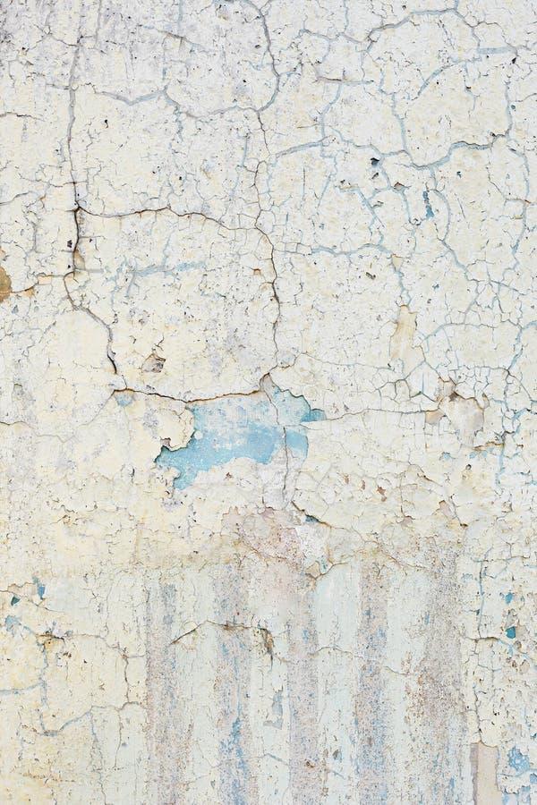 Superfície da parede com pintura danificada velha Fundo vertical foto de stock