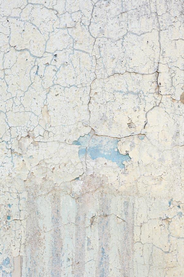 Superfície da parede com pintura danificada velha Fundo vertical fotografia de stock