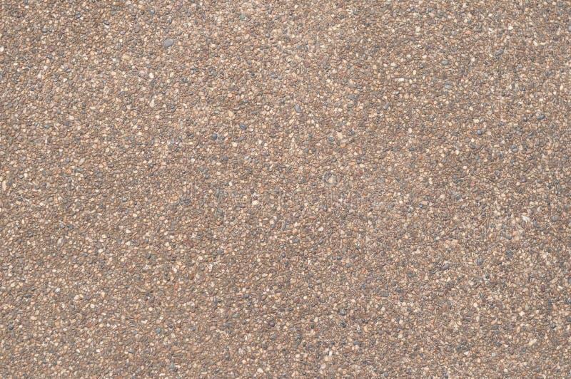 Superfície de estrada do marrom pequeno dos seixos foto de stock royalty free