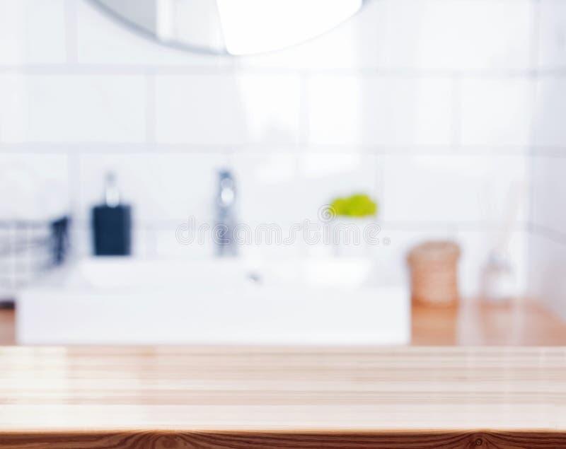 Superfície de madeira no fundo borrado do banheiro imagens de stock royalty free