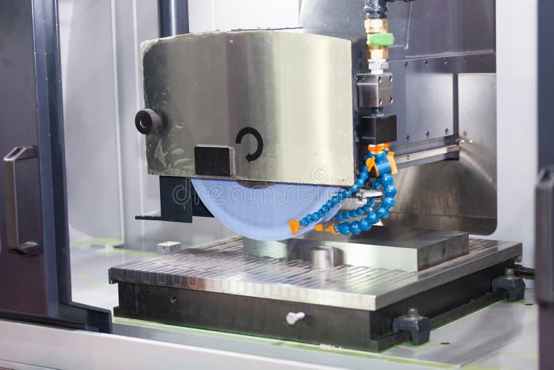 A superfície de moedura do operador do molde e morre as peças imagem de stock royalty free