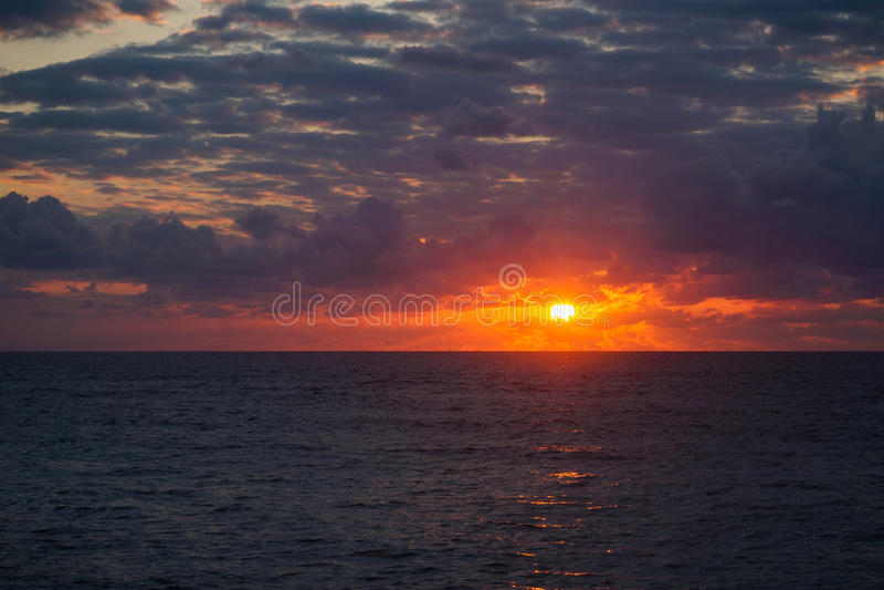 Superfície de Oceano Atlântico no por do sol do verão foto de stock