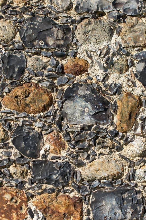 Superfície de pedra inglesa velha da parede da cidade encaixada com sílex antigo fotos de stock