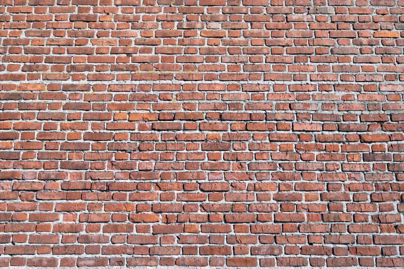 A superfície de uma grande parede de tijolo de uma construção de tijolo vermelho fotos de stock